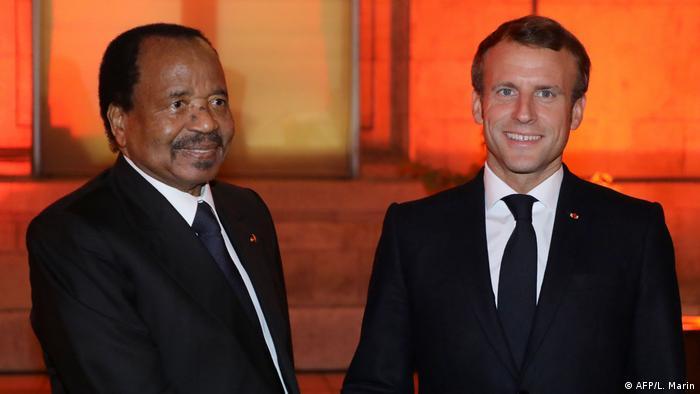 Lyon Präsident Emmanuel Macron (C) mit Kameruns Präsident Paul Biya