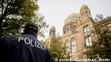 Police at the Neue Synagoge in Berlin (picture-alliance/dpa/C. Soeder)