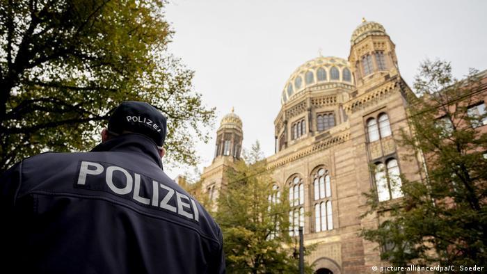Policial vigia sinagoga em Berlim
