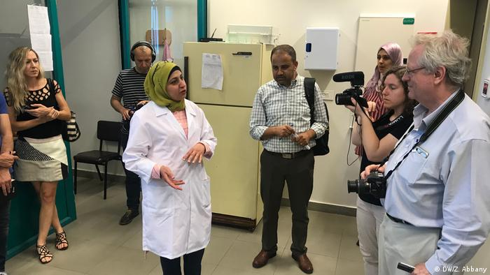 Science journalists on a field trip of the Middle East talk to researchers at An-Najah National University, Nablus, Palestine (DW/Z. Abbany)