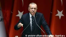 ANKARA, TURKEY - OCTOBER 10 : President of Turkey, Recep Tayyip Erdogan makes a speech as he attends the extended meeting with provincial heads of his ruling Justice and Development (AK) Party in Ankara, Turkey on October 10, 2019. Halil Sagirkaya / Anadolu Agency | Keine Weitergabe an Wiederverkäufer.