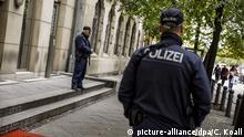 10.10.2019, Berlin: Polizisten stehen vor der Neuen Synagoge. In Halle (Saale) wurden durch einen Angriff auf die dortige Jüdische Synagoge, zwei Menschen getötet. Foto: Carsten Koall/dpa | Verwendung weltweit