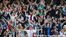 Weibliche iranische Fußballfans im Stadion