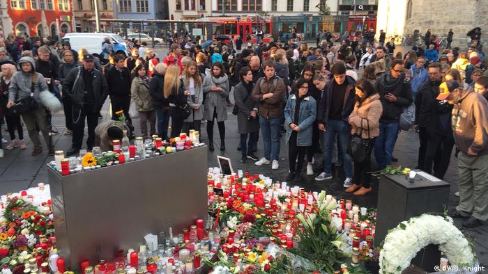Bürger von Halle gedenken Opfer am Marktplatz.