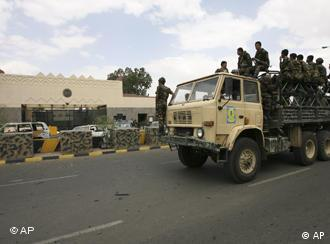 Yemeni soldiers in front of the US embassy in Sanaa