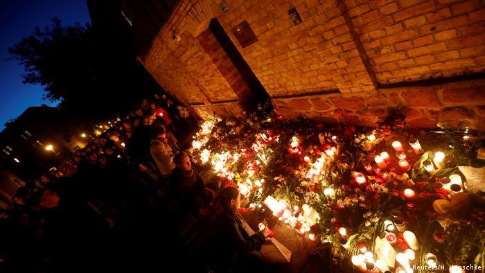 Место поминовения жертв теракта у синагоги в Галле, 10 октября 2019 г.