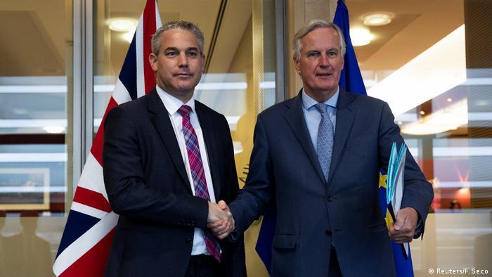 El ministro británico para la salida del Reino Unido de la UE, Stephen Barclay (izqda., en la foto con el negociador del brexit, Michel Barnier), afirmó este martes que alcanzar un acuerdo sobre la salida de Reino Unido de la Unión Europea es todavía muy posible, pero pidió dejar espacio a las negociaciones. (15.10.2019).