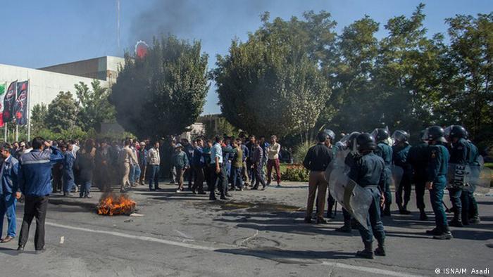 کارگران شرکت آذرآب اراک روز دوشنبه ۱۵ مهر (۷ اکتبر) هم در مقابل کارخانه تجمع کردند. این کارگران که به پرداخت نشدن حقوق معوق خود معترض هستند، یکی از دلایل تجمع اعتراضی خود را عدم برخورداری شرکت از مدیرعامل عنوان می کنند.