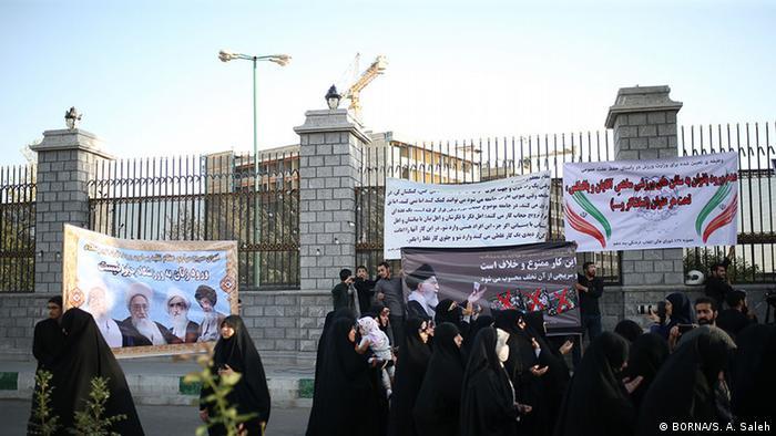 گروهی که تعدادشان بین ۵۰ تا ۱۰۰ نفر تخمین زده میشد، روز سهشنبه ۱۶ مهر( ۸ اکتبر) در اعتراض به ورود بانوان در ورزشگاهها مقابل مجلس تجمع اعتراضی برگزار کردند. به گزارش رسانههای ایرانی این تجمع غیرقانونی بود و بدون اخذ مجوز برگزار شد.
