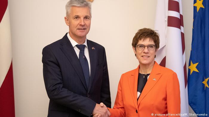 Ministrowie obrony Łotwy i Niemiec: Artis Pabriks i Annegret Kramp-Karrenbauer