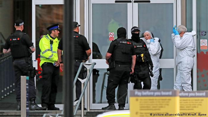 Police outside the Manchester shopping center (picture-alliance/dpa/PA Wire/P. Byrne)