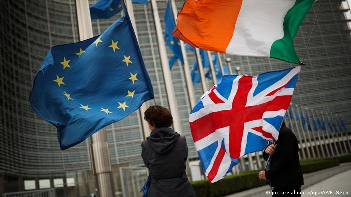 The EU, Irish and UK flags in Brussels (picture-alliance/dpa/AP/F. Seco)