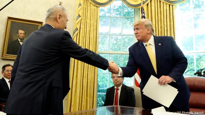 USA Liu He und Donald Trump in Washington (picture-alliance/AP Photo/A. Harnik)