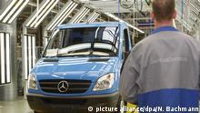02.06.2010 ARCHIV - 02.06.2010, Brandenburg, Ludwigsfelde: Ein Mitarbeiter der Mercedes-Benz Werke steht in der Endmontagehalle vor einem neuen Sprinter. Ein weiteres Dieselfahrzeug von Daimler steht nach einem Bericht von «Bild amSonntag» (ausgabe vom 06.10.2019) im Verdacht, mit illegaler Abgastechnik zu fahren. Betroffen sind demzufolge 260.000 Transporter des Modells Sprinter in Europa, davon 100.000 in Deutschland. (zu dpa Aufsicht prüft Abgas-Manipulationsverdacht bei Daimler-Transportern) Foto: Nestor Bachmann/dpa-Zentralbild/dpa +++ dpa-Bildfunk +++ | Verwendung weltweit