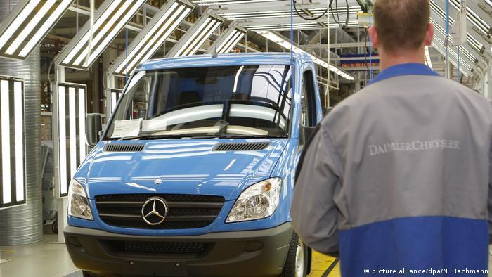 Deutschland Endmontagehalle eines neuen Mercedes-Benz-Sprinters in Ludwigsfelde