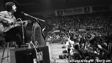 Deutschland Liedermacher Wolf Bierman während seines Auftritts in der Sporthalle in Köln