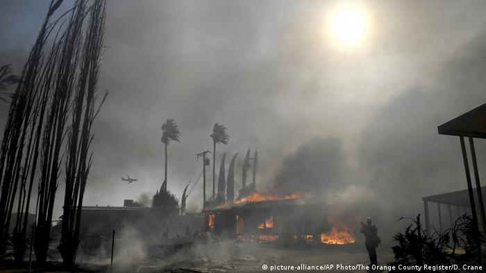 Residence on fire in the Villa Calimesa Mobile Home Park (picture-alliance/AP Photo/The Orange County Register/D. Crane)