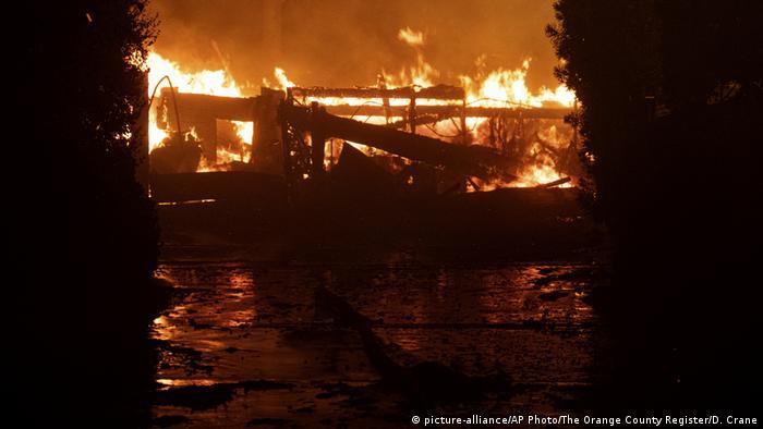 California Wildfire Los Angeles Orders 100 000 To Evacuate News Dw 11 10 2019