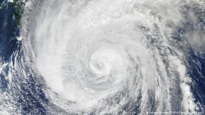 Вид на тайфун з космосу