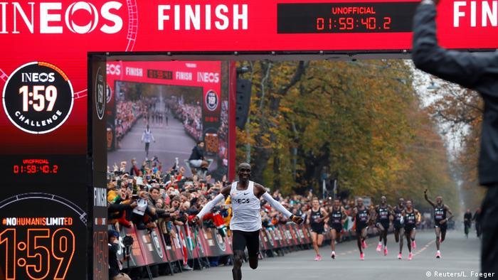 Eliud Kipchoge crossing the finishing line (Reuters/L. Foeger)