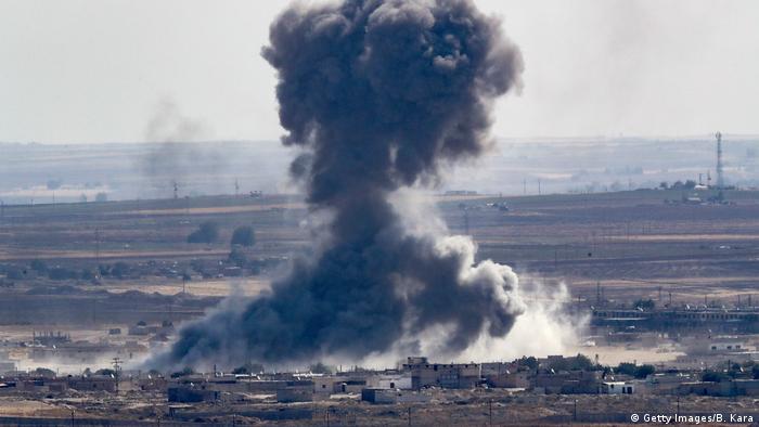 Syrien| Rauchwolke nach Luftangriff über Ras al-Ain (Getty Images/B. Kara)