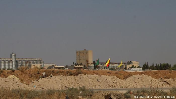 YPG-Fahnen am Samstagvormittag in Ras al-Ain