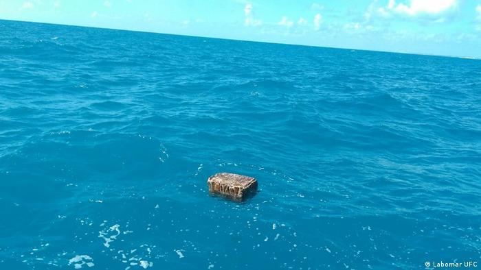 More već godinu dana nanosi sanduke na obalu