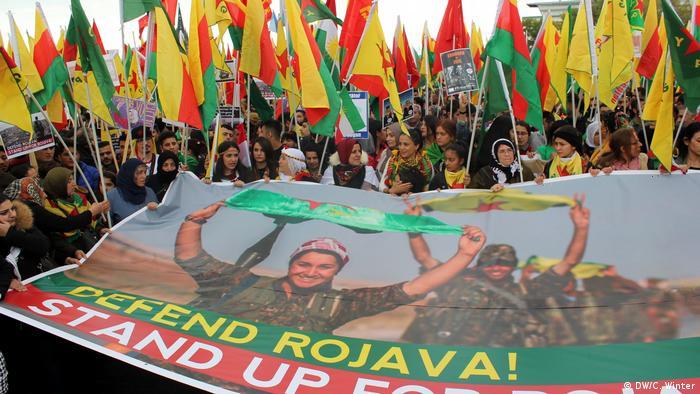 Deutschland Kurden protestieren in Köln gegen die türkische Militäroffensive in Syrien (DW/C. Winter)