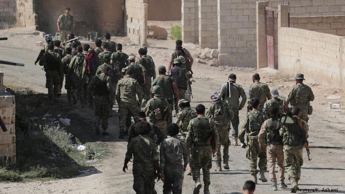 Mit der Türkei verbündete syrische Kämpfer in der Nähe der Grenzstadt Tel Abjad (Foto: Reuters/K. Ashawi)