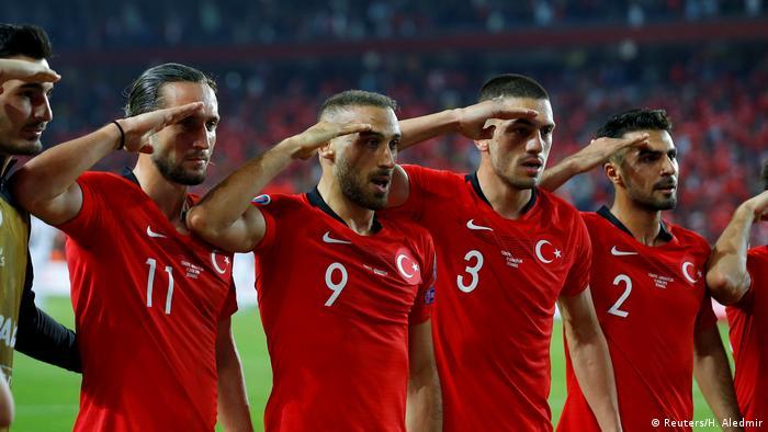 Футболисты сборной Турции отдают честь