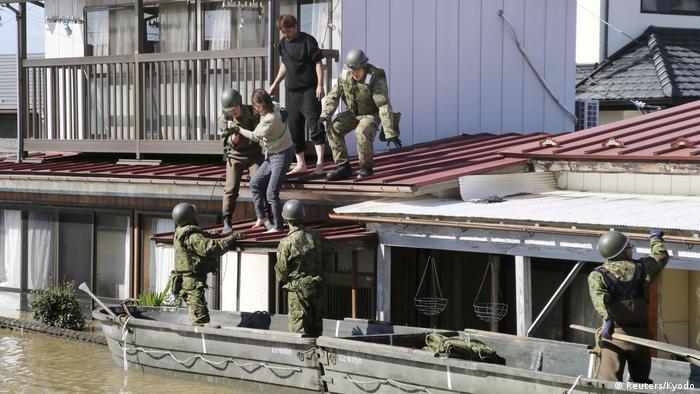 Equipes resgatam sobreviventes que se refugiaram no topo de construções