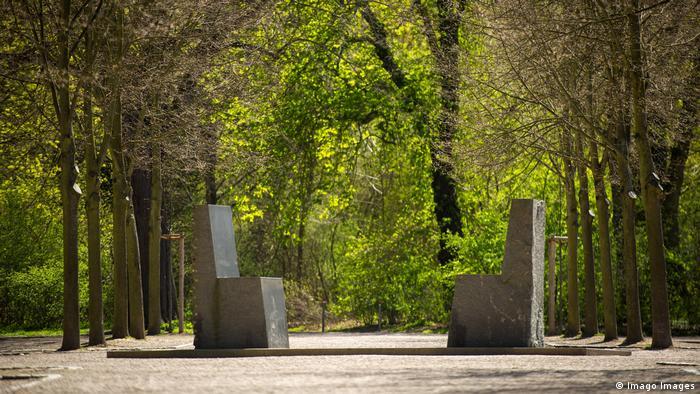 در میدان بتهوون، مکانی در حوالی خانه گوته در شهر وایمار، دو صندلی سنگی بر کتیبهای با خطوط فارسی و نقوش ایرانی قرار گرفتهاند. در وسط کتیبه غزلی از حافظ و در طرفین آن قطعهای از دیوان شرقی-غربی گوته نوشته شده است. به زودی، از ۳۱ اکتبر تا ۵ نوامبر هفتهای فرهنگی در شیراز برگزار میشود تا همزاد این یادمان در نزدیکی حافظیه کلنگ بخورد. مراسمی به پاس برادری گوته و حافظ و خواهرخواندگی شیراز و وایمار.