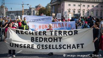 «Η ακροδεξιά τρομοκρατία απειλεί την κοινωνία μας» - από πρόσφατη διαδήλωση στο Βερολίνο με αφορμή την επίθεση στο Χάλε