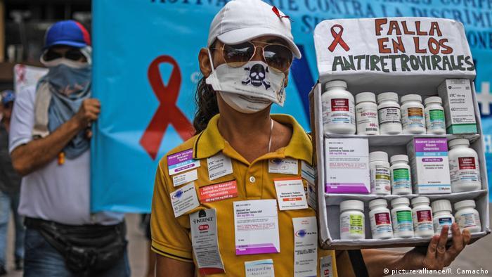 Venta ambulante de supuestos medicamentos contra el VIH en Caracas.