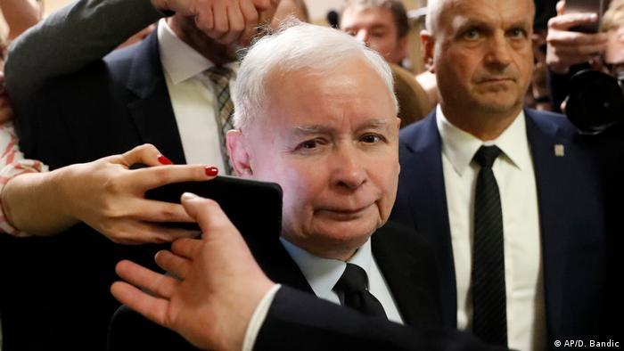 Polen Nationalkonservative PiS-Partei gewinnt Parlamentswahl (AP/D. Bandic)