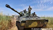 11.05.2019, Syrien, Kfar Nabuda: Soldaten der syrischen Armee stehen und sitzen auf einem Panzer nahe der Kleinstadt Kafr Nabuda nordwestlich von Hama. Kafr Nabuda liegt auf einer wichtigen Versorgungsroute für die syrischen Rebellen. Mit dem Vormarsch der syrischen Truppen sei dieser Versorgungsweg abgeschnitten, sagte der Leiter der Syrischen Beobachtungsstelle. Foto: Stringer/XinHua/dpa +++ dpa-Bildfunk +++
