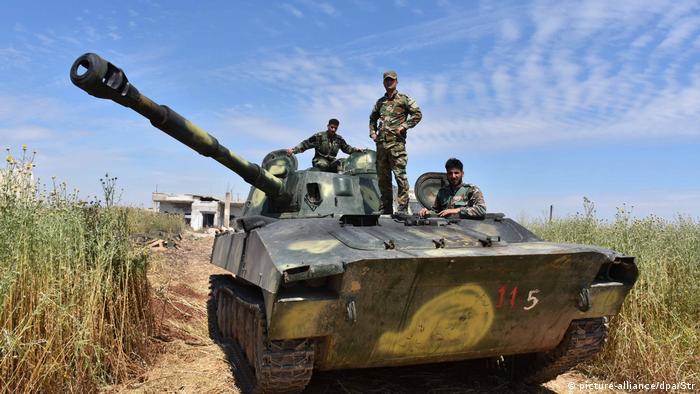 Militares sírios em tanque