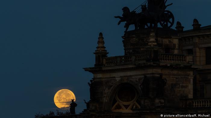 Abnehmender Mond in Dresden (picture-alliance/dpa/R. Michael)