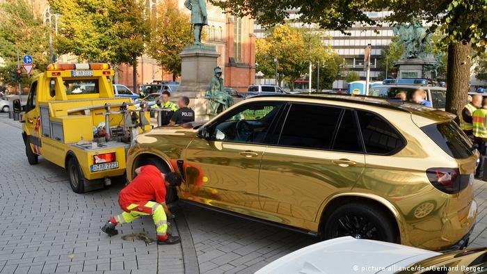 Düsseldorf Goldenes Auto wird abgeschleppt