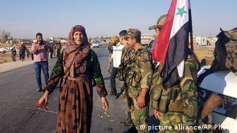رسانهها تصاویری را از استقبال ساکنان تل تمر از سربازهای ارتش سوریه منتشر کردهاند