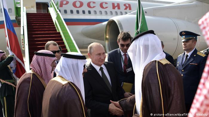 ولادیمیر پوتین، رئیس جمهور روسیه از هواپیمای چهار موتوره ایلوشین il-96 استفاده میکند. با تغییراتی که در این هواپیما ایجاد شده، میتوان از آن به عنوان مرکز فرماندهی نیز استفاده کرد. ۵ میلیون و ۳۰۰ هزار دلار هزینه پرواز رئیس جمهور روسیه در سال است.