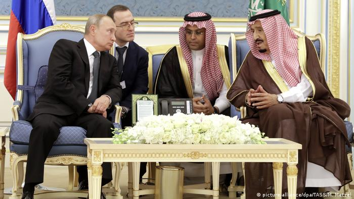 Russian President Vladimir Putin and Saudi King Salman in discussions, with interpreters on October 14, 2019. (picture-alliance/dpa/TASS/M. Metzel)