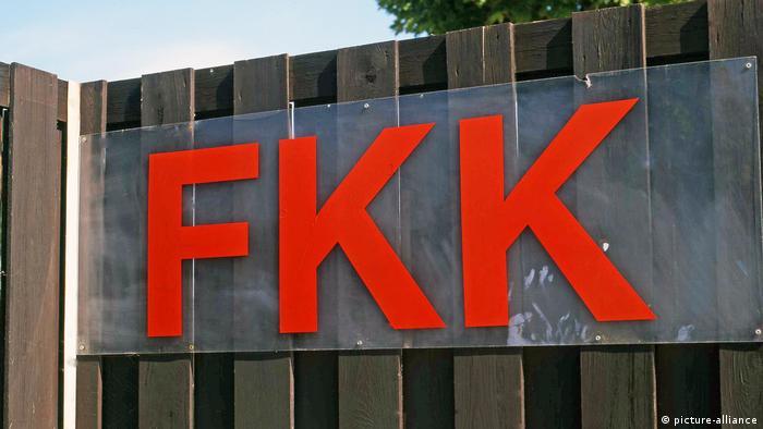 FKK-Schild an Bretterwand