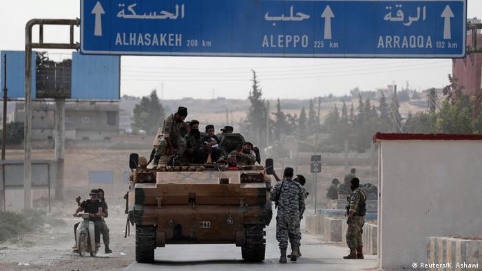 Turquía reforzó su presencia militar en las zonas bajo su control en el norte de Siria ante el avance inminente de las fuerzas leales al presidente sirio, Bashar al Asad, que llegaron a un acuerdo con milicias kurdas. (15.10.2019).