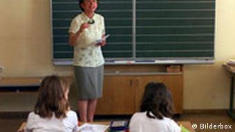 Lehrerin vor Grundschulklasse