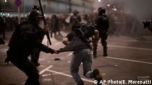 Demonstrators run away from Police officers outside El Prat airport in Barcelona (AP-Photo/E. Morenatti)