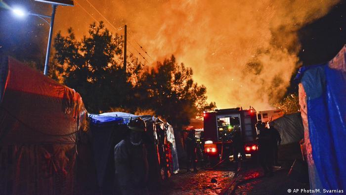 Sığınmacı kayıt merkezinde çıkan yangınlarda çok sayıda barınak tahrip oldu.