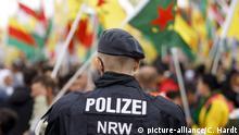 Polizisten beobachten den Demonstrationszug 'Stoppt die Invasion kurdischer Gebiete' in der Deutzer Werft. Köln, 12.10.2019   Verwendung weltweit