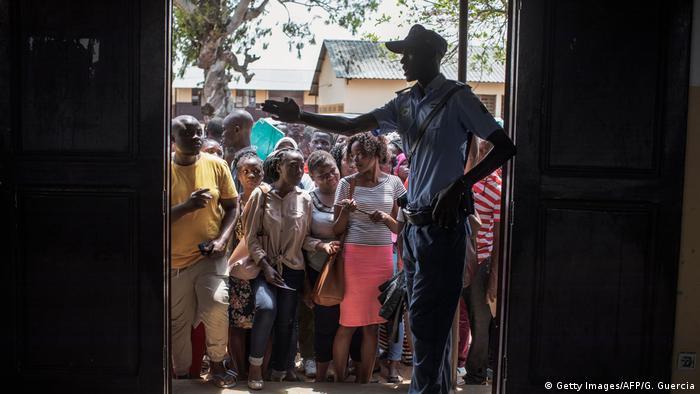 Mosambik, Maputo: Menschen warten vor einem Wahllokal