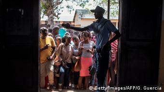Mosambik, Maputo: Menschen warten vor einem Wahllokal (Getty Images/AFP/G. Guercia)